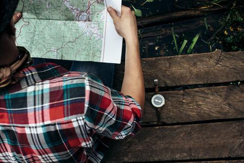 Mit Karte und Kompass muss sich mühsam der Weg gesucht werden.